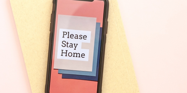 Ein Smartphone mit dem Text Stay at Home